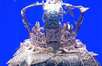 corona fashion designer queen