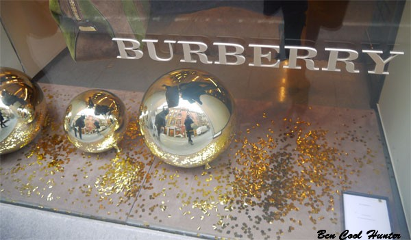 Burberry escaparate decoracion navidad bcn cool hunter - Adornos navidenos para escaparates ...