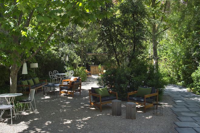 Un jard n secreto en el eixample el oasis verde del bar for Alma de jardin pacheco