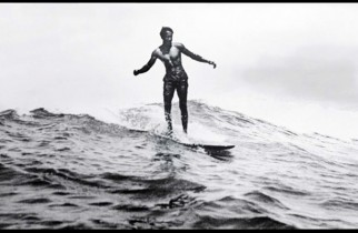 Duke Kahanamoku surfeando