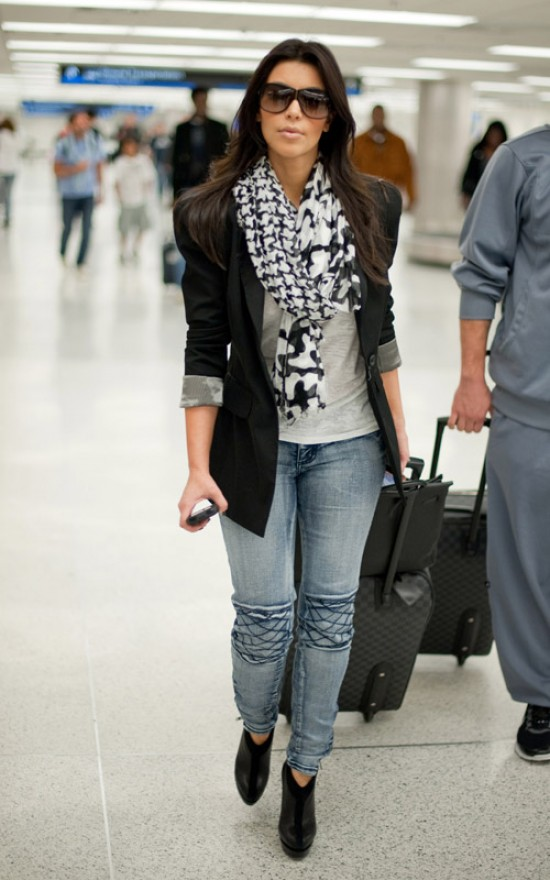 Kim Kardashian look entretiempo americana pashmina jeans