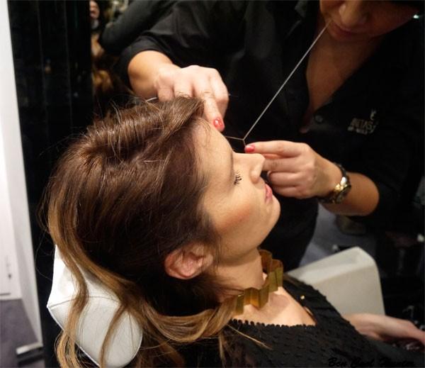 La depilacion de cejas con hilo de Vanitas Espai en Karen Millen