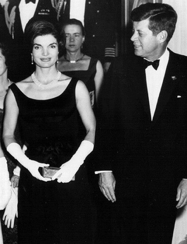 jacqueline_bouvier_little_black_dress_petite_robe_noir_tubino_nero