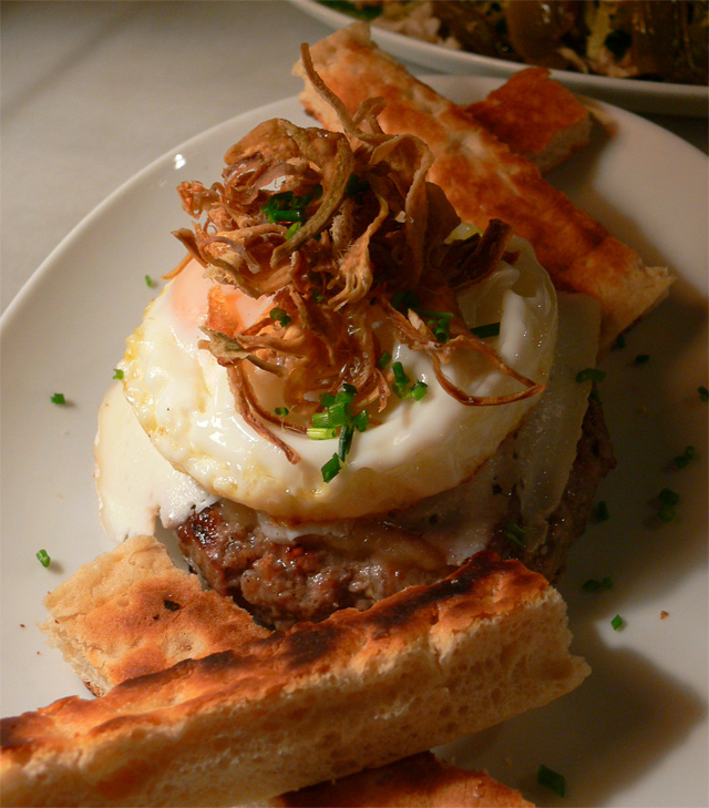 Hamburguesa-de-jabali-con-huevo-frito