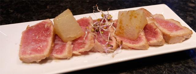 Entrecot de mar (toro) a la brasa, daikon y jugo cortado de asado