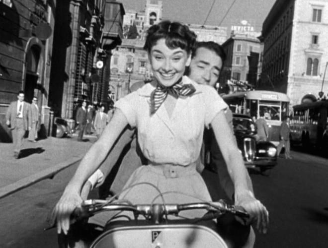 Audrey_Hepburn_and_Gregory_Peck_on_Vespa_in_Roman_Holiday_la vespa
