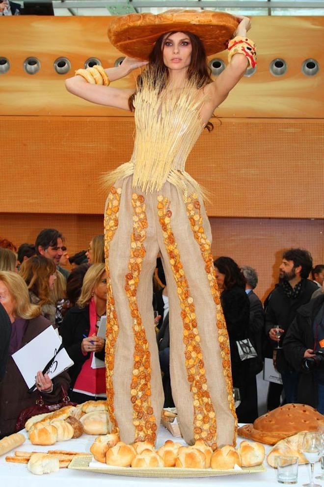 alta roma modella food couture gattinoni