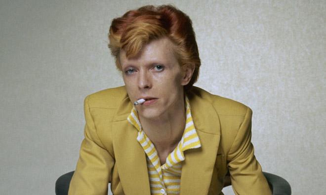 David Bowie traje color mostaza