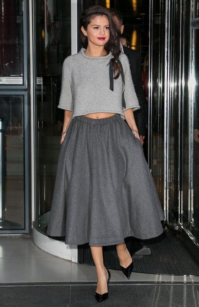 selena-gomez-total-look-gris-falda