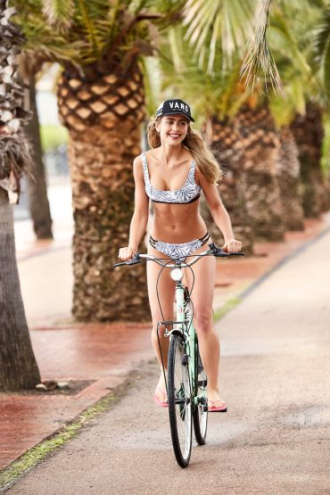 Bikini VOLCOM, Gorra VANS, Chanclas Reef