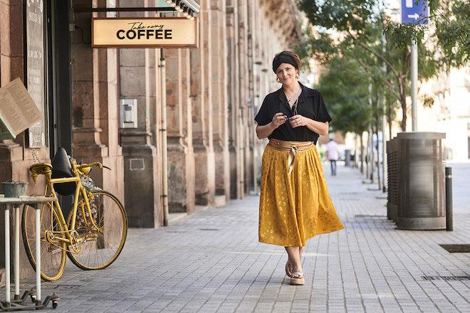 curvy con estilo falda amarilla